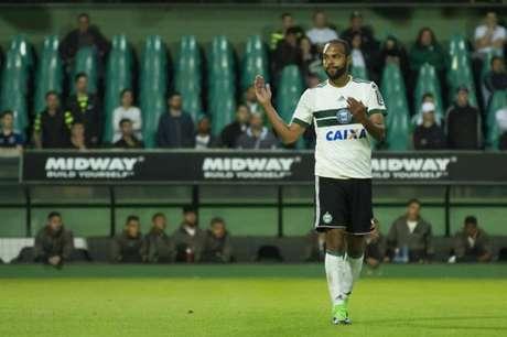 Atacante Alecsandro é um dos atletas que não seguirá no Coritiba em 2019 (Foto: Guilherme Artigas/Fotoarena/Lancepress!)