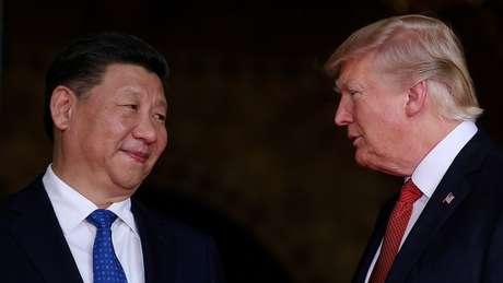 Xi Jinping e Donald Trump durante encontro na Flórida, EUA, em 2017; 2018 foi cenário para uma deterioração na relação entre os dois países