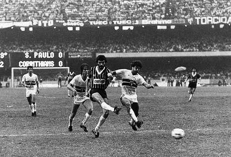 Sócrates abre o placar do primeiro jogo da decisão do paulista de 1983