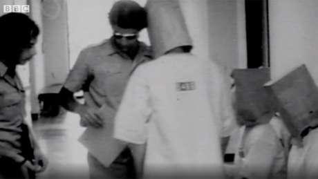 Imagem das gravações do experimento em 1971: um dos participantes disse ter começado a agir com crueldade por estar 'entediado'