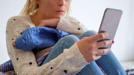 Redes sociais dão 'ideia de companhia' sem representar convívio real, diz o historiador