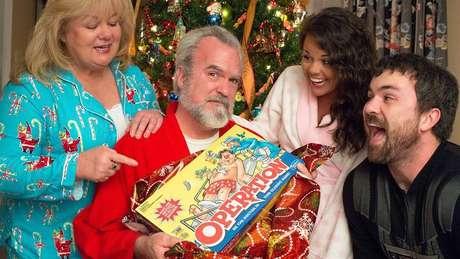 Após a cirurgia, a família de Ed tirou uma foto com o jogo 'operação' para um cartão de Natal
