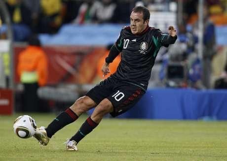 Cuauhtémoc Blanco cobra falta pela seleção mexicana na Copa de 2010, em jogo contra a dona da casa, África do Sul