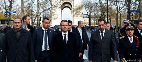 Presidente esteve nas imediações do Arco do Triunfo, no centro da capital francesa