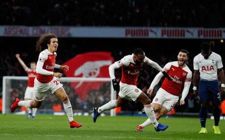 Gunners comemoram boa vitória contra arquirrival (Foto: AFP)