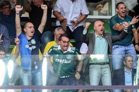 Bolsonaro assiste vitória do Palmeiras e entrega taça de campeão 96b71c1c9680b
