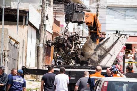 Peritos da Centro de Investigação e Prevenção de Acidentes Aeronáuticos (Cenipa) removem os destroços do avião de pequeno porte que caiu na Avenida Antônio Nascimento Moura, perto do Aeroporto Campo de Marte, na zona norte de São Paulo, deixando 2 mortos e 11 feridos.