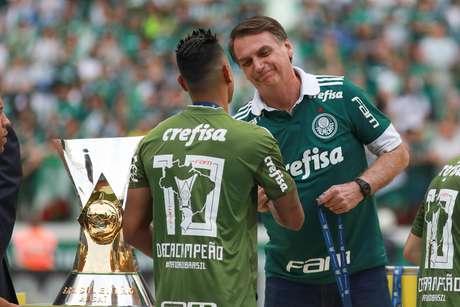 O Presidente eleito Jair Bolsonaro durante entrega da taça no final da  partida entre Palmeiras x 4d8a3d745054a