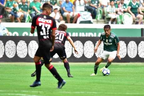 O jogador Gustavo Scarpa do Palmeiras, durante a partida contra a equipe do Vitória