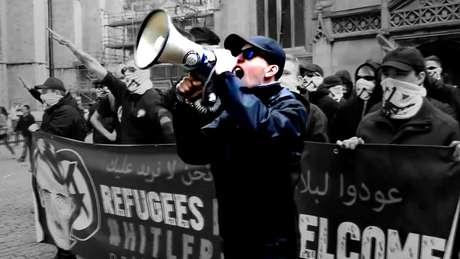 Alex Davies diz que se sente encorajado a atuar por cartazes racistas e pichações feitas no País de Gales