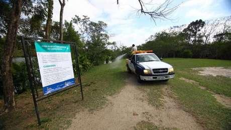 Prefeituras, como a de São José dos Campos, instalam placas em locais onde é constatada a presença de capivaras, alertando para o risco da febre maculosa