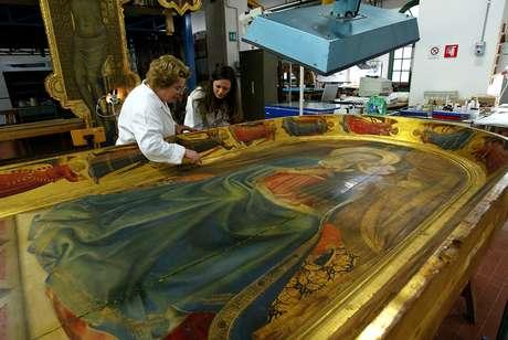 Restauradores trabalham em uma obra de Botticelli em Florença, na Itália
