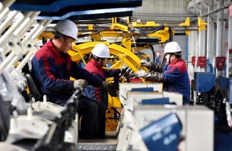 Pessoas trabalham em maquinário hidráulico em linha de produção em Zhangjiakou, na China 14/11/2018 REUTERS/Stringer