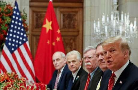Presidente dos EUA, Donald Trump, e delegação norte-americana durante encontro com líderes chineses em Buenos Aires 01/12/2018 REUTERS/Kevin Lamarque