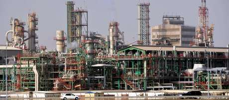 Refinaria no Catar: volume de petróleo produzido pelo país vem caindo nos últimos anos