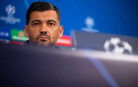 Sérgio Conceição foi expulso por comemorar gol da vitória efusivamente (Foto: Guido Kirchner / DPA / AFP)