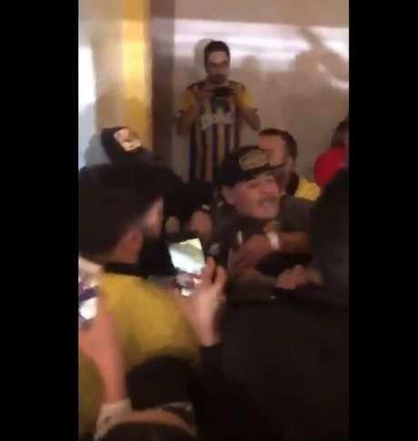 Maradona precisou ser contido por seguranças para não agredir torcedores (Foto:Reprodução/Twitter)