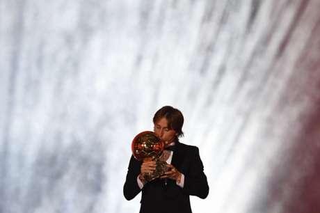 Modric recebe a premiação em Paris (Foto: AFP)