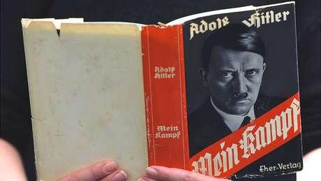 Membros de grupo neonazista instruíram repórter da BBC a ler o livro Mein Kampf (Minha Luta), escrito por Hitler