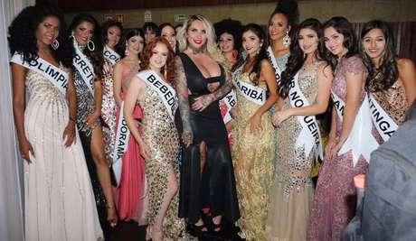 A modelo e DJ Sabrina Boing Boing diante das concorrentes do Miss SP