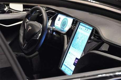 O interior do carro apreendido é similar a esse, do Tesla S