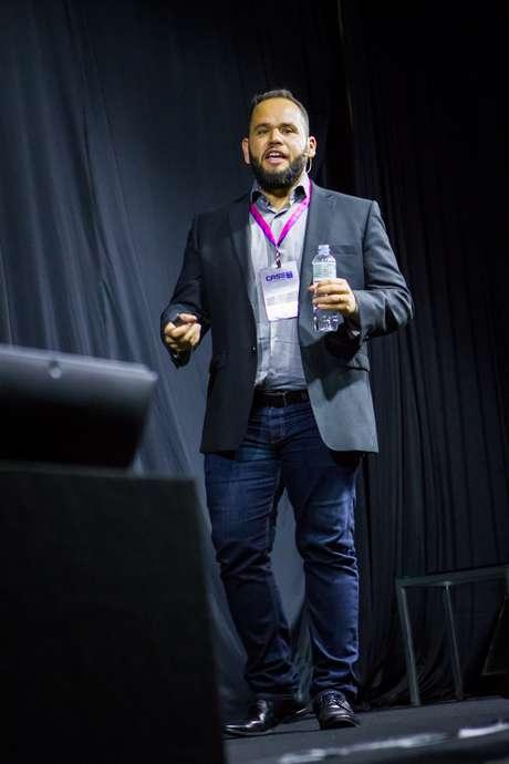 Presidente da Abstartups, Amure Pinho, durante anúncio da nova parceria com o Google