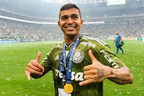 Dudu comemora o título de campeão brasileiro após a partida contra o Vitória, no Allianz Parque