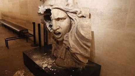 Dentro do Arco do Triunfo, em Paris, a estátua da Marianne, um importante símbolo francês, foi vandalizada pelos manifestantes dos 'coletes amarelos'
