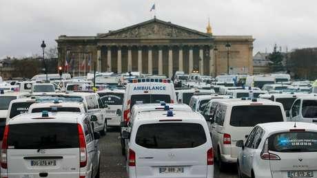 Motoristas de ambulância se juntaram ao protesto e bloquearam o trânsito no entorno da Assembleia Nacional de Paris