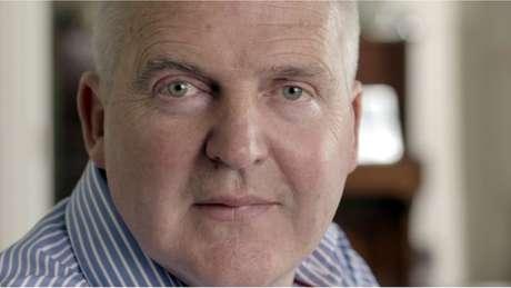 Dois meses após descobrir a doença, Simon praticamente já não falava: 'Foi um choque terrível', diz a mulher dele