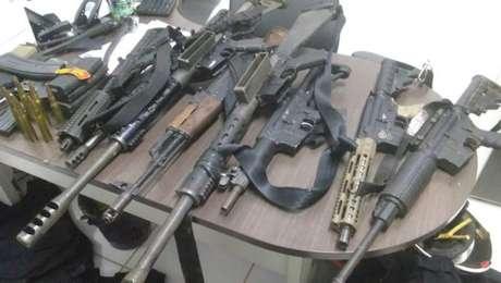 Além do dinheiro, foram apreendidos dois fuzis ponto 50, onze fuzis 7.62, um fuzil 556, coletes a prova de balas e munições