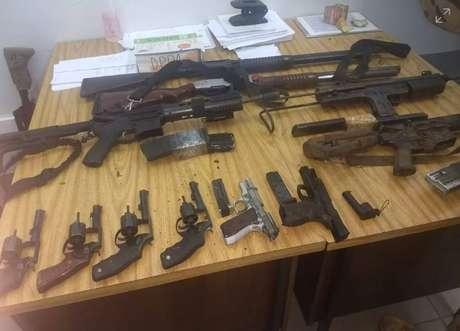 Brigada Militar apreendeupistolas, revolveres, dois fuzis, uma submetralhadora, munições e coletes à prova de balas