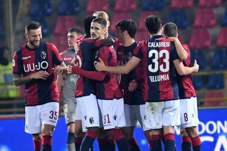 Jogadores do Bologna comemoram gol na vitória sobre o Crotone