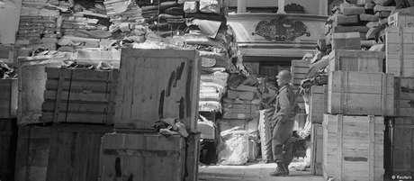 Soldado americano inspeciona depósito de obras de arte roubadas pelos nazistas