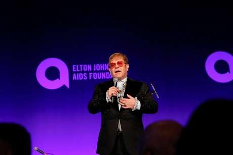 Elton John discursa durante o baile da Elton John AIDS Foundation em Nova Iorque