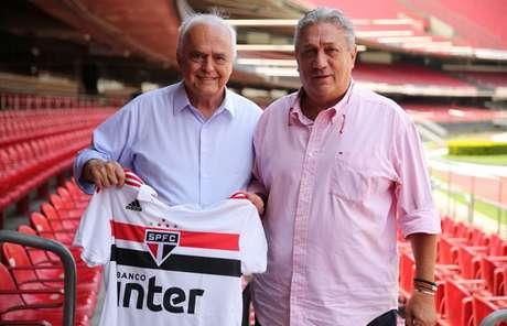 Presidente Leco e Cláudio Mortari assinaram contrato nesta terça-feira (Igor Amorim/saopaulofc.net)