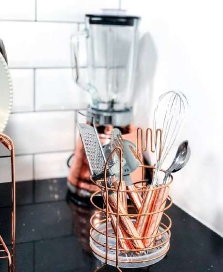 15. Além do escorredor de louça rose gold que tal investir em eletrodomésticos nessa cor e deixar sua cozinha ainda mais bonita? – Foto: Marmorizando