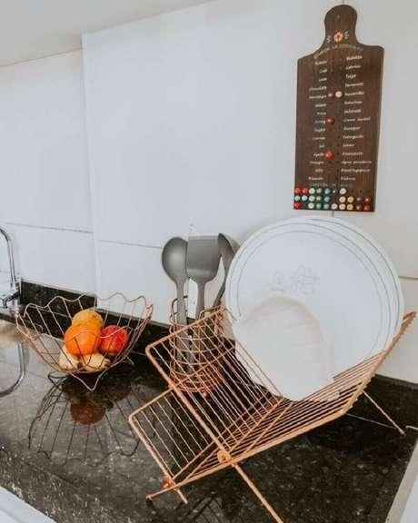 16. Cozinha decorada com fruteira e escorredor de louça rose gold – Foto: Marie Monteiro