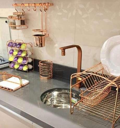 17. Invista em um conjunto de aramado na cor rose gold e deixe a sua cozinha muito mais charmosa – Foto: Lar Divertido Lar