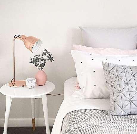 4. Decoração clean para quarto com objetos de decoração rose gold – Foto: Travis Burki