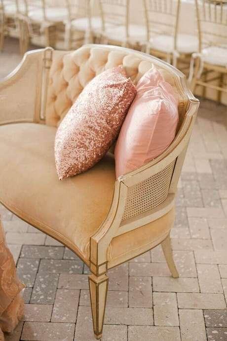 18. Decoração clássica com almofadas na cor rose com detalhe metalizado – Foto: Style Me Pretty