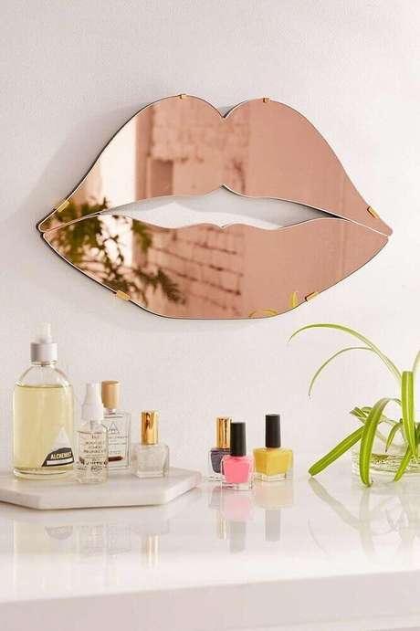 21. Decoração com espelho rose gold em formato de boca – Foto: Home Curtain Ideas