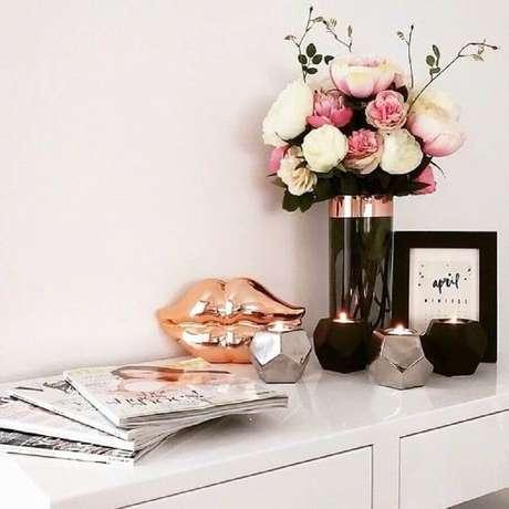 23. Decoração com objetos de decoração rose gold – Foto: Pinterest