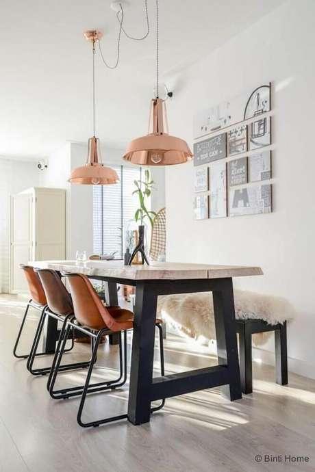 26. Decoração rose gold sala de jantar com mesa de madeira e pendentes – Foto: ListSpirit