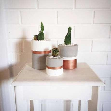 27. Modelo de vasinhos de plantas com detalhes em rosa metalizado perfeitos para decoração com estilo escandinavo – Foto: Decorpor2 – Monica & Rafael