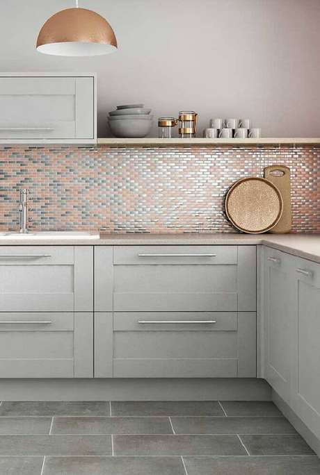 28. Além dos objetos decorativos as pastilhas na cor rose gold também pode ser perfeita para compor a decoração de banheiros e cozinhas – Foto: Pinterest