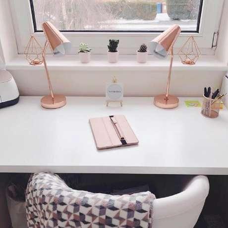 29. Decoração de home office todo clean com luminária rose gold – Foto: Button Bela – Natalie