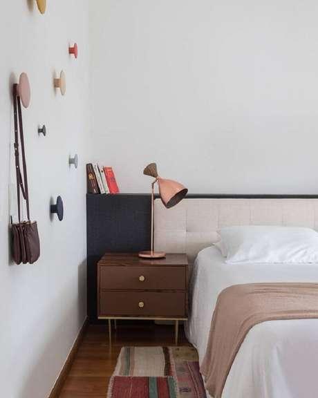 30. Decoração simples para quarto com luminária rosa com acabamento metalizado – Foto: MMagalhães Estúdio