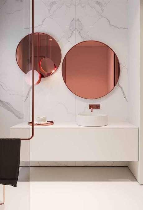 36. Decoração para banheiro com espelho redondo rose gold – Foto: Mauricio Gebara Arquitetura