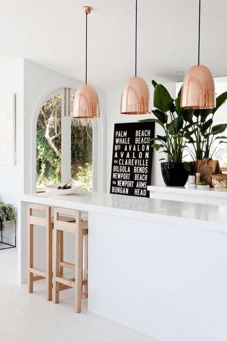 37. Decoração clean para cozinha toda branca com pendente rose gold – Foto: Idee Cuisine